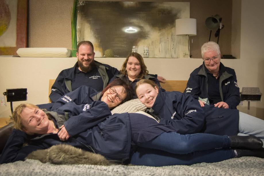 """Mit der Uraufführung """"Alice weer up Fuerte"""" von Stefan Erdmann geht die Theatergruppe """"De Dörpkrug-Spölers"""" aus Ihrhove 2019 auf die Bühne im Rathaussaal der Gemeinde Westoverledingen."""